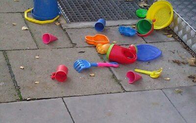 Spielzeug auf dem Gehweg